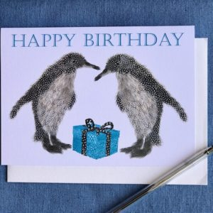 CARD 7X5 - Two penguins with a BLUE present (HAPPY BIRTHDAY)